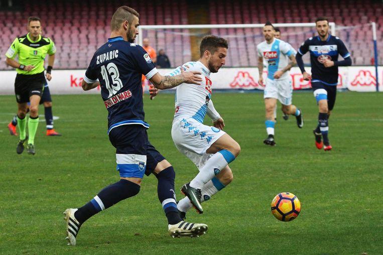 Dario Zuparic, toen hij nog voor Pescara speelde, hier in duel met Dries Mertens.