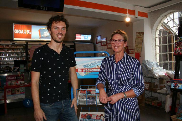 Jim en Marianne in hun winkel in de Doelstraat.