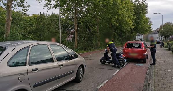 Scooterrijder vliegt bij botsing door achterruit van auto in Wageningen.