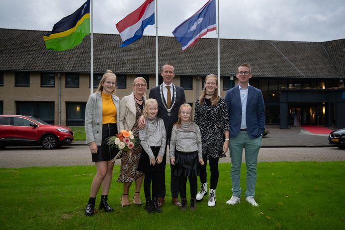 Cees van den Bos (SGP) met zijn gezin nadat hij geïnstalleerd is als nieuwe burgemeester van de gemeente Urk.