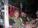 Kees Backx in een Hercules-transportvliegtuig tijdens de vlucht naar Afghanistan waar hij een verhaal schreef over de luchtmacht.