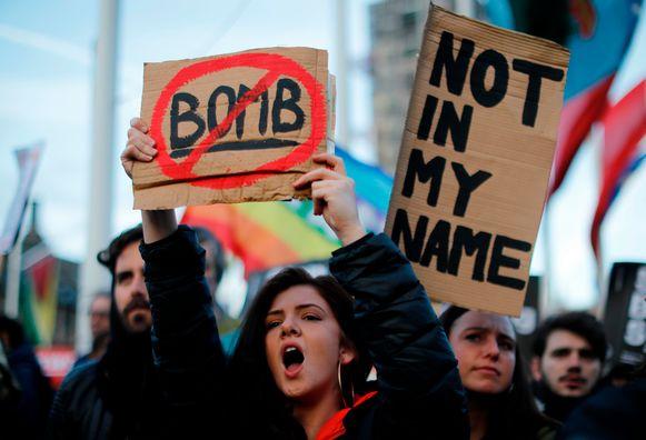 Mensen protesteren tegen de Britse betrokkenheid bij de aanvallen in Londen.