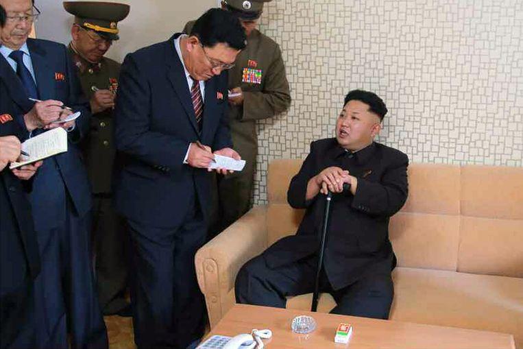 De Noord-Koreaanse leider Kim Jong-un wordt omringd door partijfunctionarissen na zijn bezoek aan een wooncomplex voor wetenschappers. Beeld epa