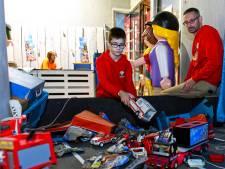 Jayden (12) bouwt eigen verkeersongeluk na met van asfalt geraapte brokstukken Playmobil