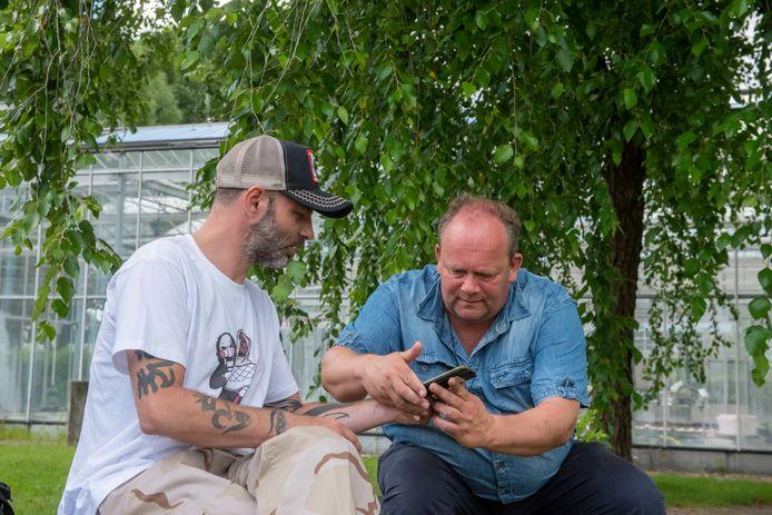 Bart Plaatje en Piotr Wasowski bellen Marcin Wosztyl in Beverwijk.
