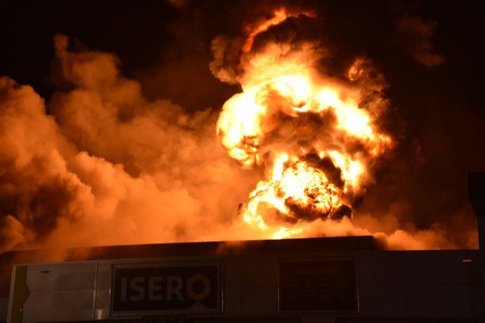 Vlammen slaan uit het dak bij de brand aan de Marconistraat in Gouda.