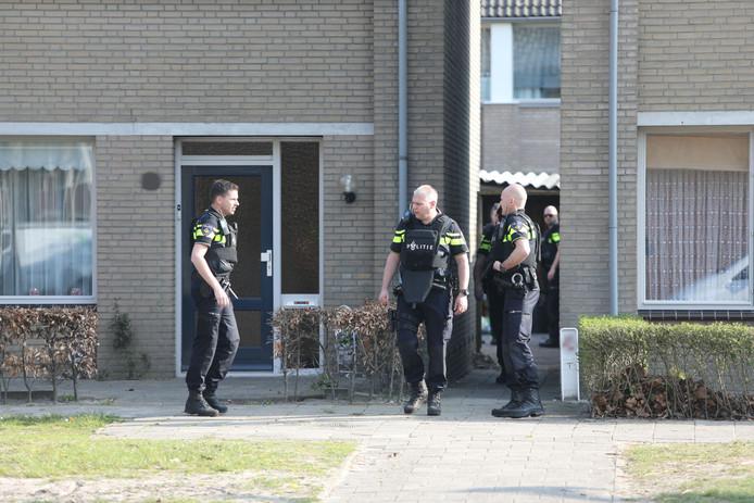 Zeven politieauto's en helikopter naar huis in Waalwijk voor man die met legaal speelgoedwapen in eigen achtertuin zit.
