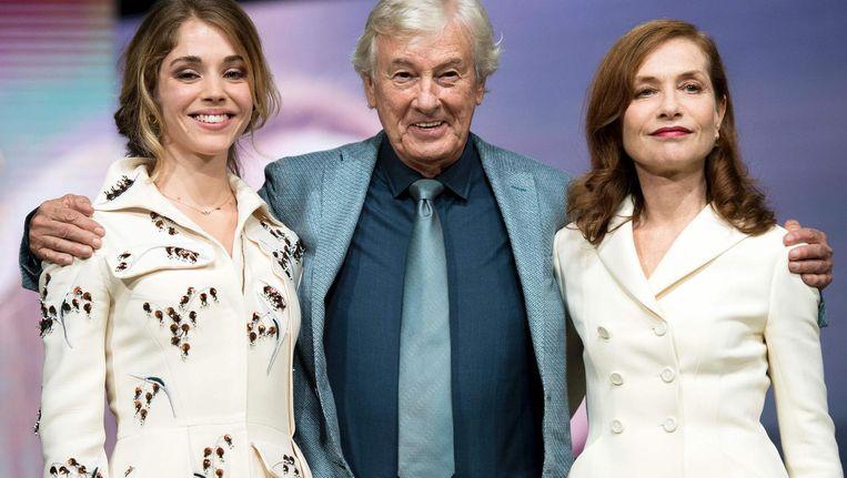 Paul Verhoeven met Elle-actrices Alice Isaaz (links) en Isabelle Huppert (rechts). Beeld afp