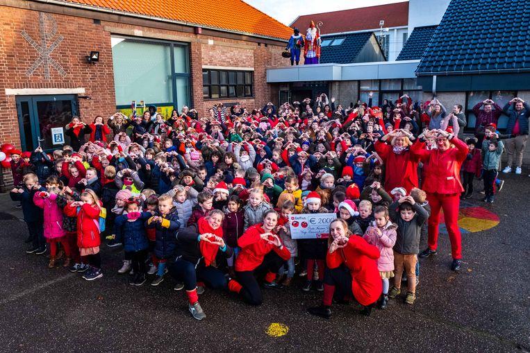 De Sint krijgt een flashmob rond de oren in Vrije Basisschool Boekt. Daarnaast zamelde de school maar liefst 2.000 euro in voor Rode Neuzen Dag.