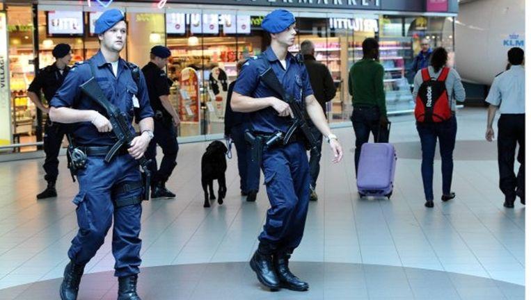 Extra Marechaussee op de luchthaven Schiphol. Beeld anp