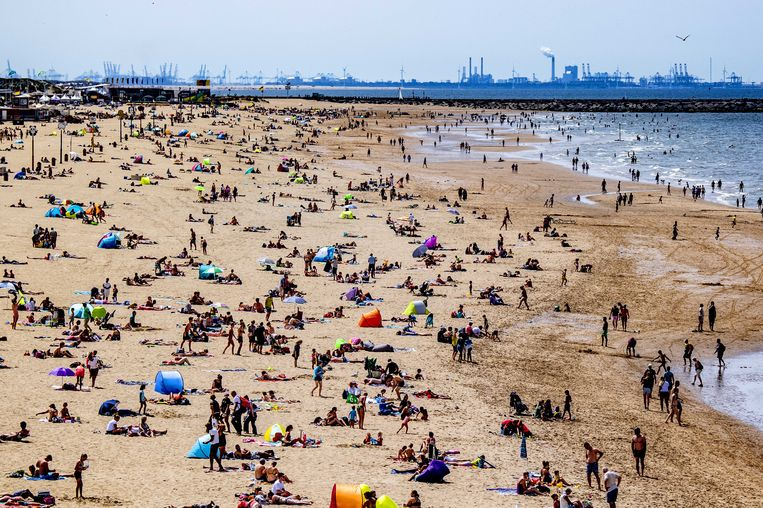 Het strand bij Scheveningen. Beeld null