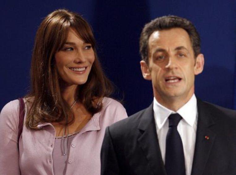 Bijna een jaar na zijn huwelijk met Carla Bruni is de Franse president Nicolas Sarkozy eindelijk gaan samenwonen: hij heeft zich in het bevolkingsregister laten inschrijven op het adres van zijn vrouw in het 16e arrondissement. Foto ANP Beeld