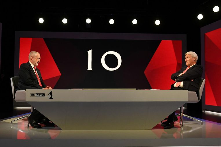 Jeremy Paxman (rechts) interviewt Jeremy Corbyn, leider van de Britse Labour partij. Beeld afp