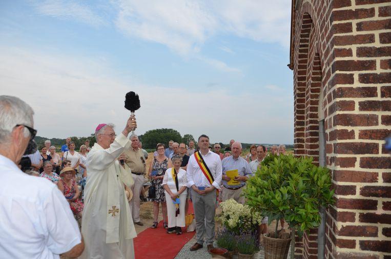 Bisschop Luc Van Looy zegent de heropgebouwde kapel in.