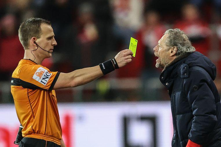 Ref Verboomen toont Preud'homme zijn vijfde gele kaart van het seizoen.