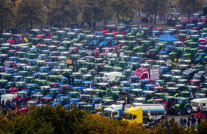 2019-10-16 13:58:03 DEN HAAG - Een overzicht van het boerenprotest op het Malieveld. Belangenbehartiger LTO Noord riep op tot het boerenprotest en eist een opschorting van de beleidsregels rond stikstof. ANP REMKO DE WAAL