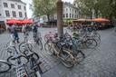 breda-foto : ron magielse verkeerd geparkeerde fietsen op de grote markt bron van ergenis voor oa winkeliers.