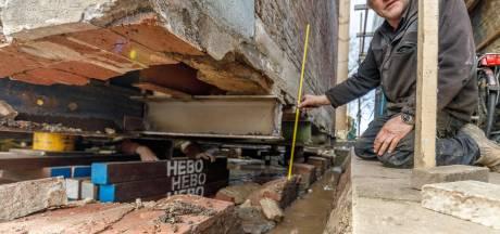 Scheve 'burgemeesterswoning' in Zwartsluis staat dankzij buurman weer waterpas