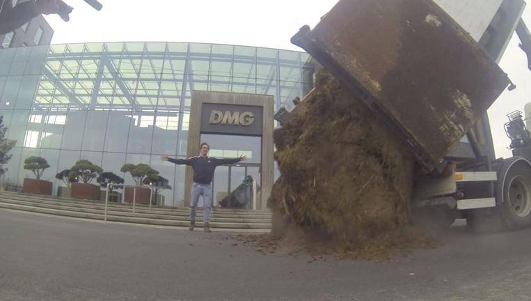 Het moment dat de Bucket Boys paardenmest storten voor het hoofdkantoor van De Mandemakers Groep. Beeld Youtube