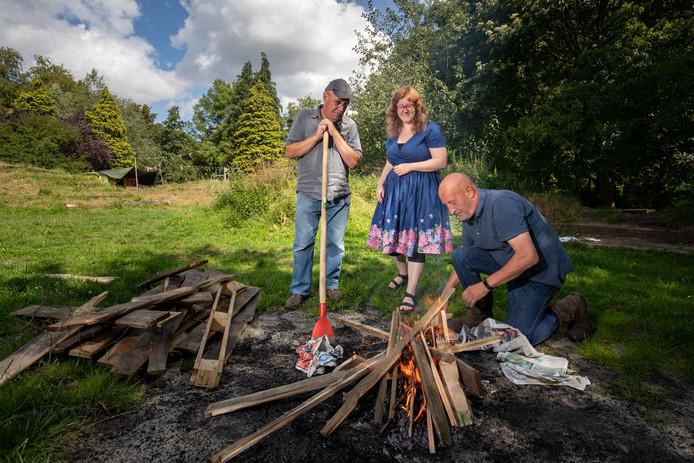 't Ukien en de natuurspeelplaats halen zaterdag herinneringen op Woodstock, het festival dat vijftig jaar geleden werd gehouden. Vlnr Clarck Wilinski, Suzanne Dul en Hanjo IJkhout.