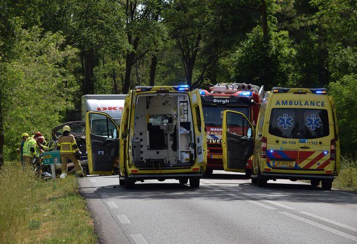 Hulpdiensten op de Lengelseweg (N316) tussen Zeddam en 's Heerenberg na het ongeluk.