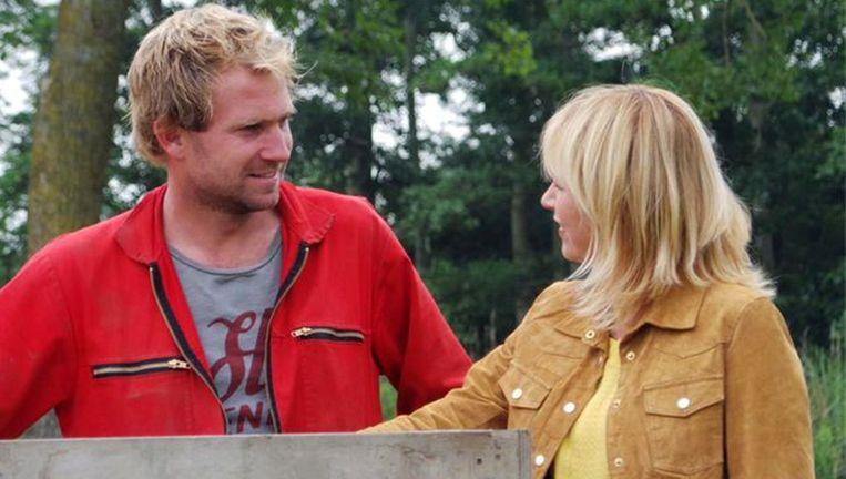 Presentatrice Yvon Jaspers in gesprek met tulpenboer Tom. Beeld KRO