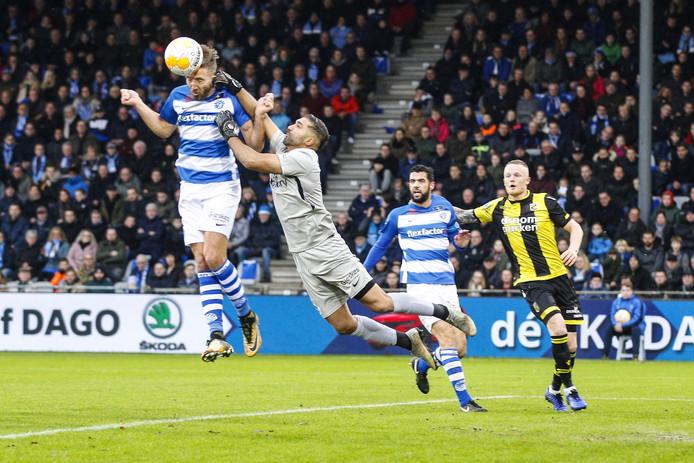 Agil Etemadi probeert een bal weg te boksen in het thuisduel met Vitesse.