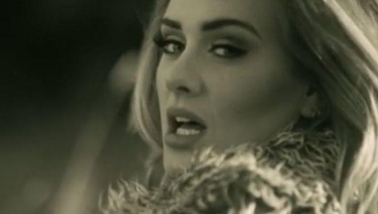 Adele in haar nieuwe videoclip 'Hello'.