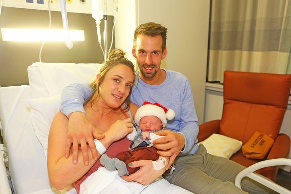 Kerstkindje Vinz Caluwé met ouders Kevin en Dorien.