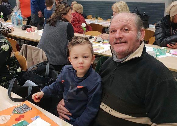 Eric Gielen met kleinzoon Tristan op zijn schoot die zijn opa nu hard moet missen.
