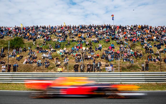 Racefans op het circuit van Zandvoort voor de vierde editie van de Jumbo Racedagen.
