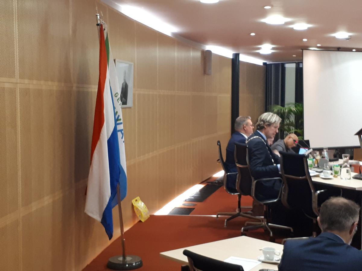 Spijkenisse is een van de plaatsen waar de Nederlandse vlag in de raadszaal wappert. PVV, D66 en PvdA willen dat in Rucphen ook.