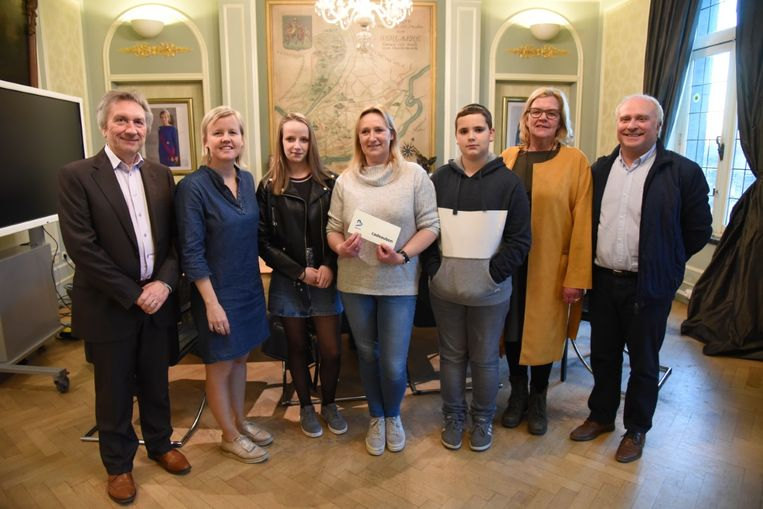 De vrouw werd gehuldigd in het gemeentehuis en kreeg een cheque van 100 euro.