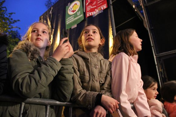 De eerste editie van het Parking Concert lokt muziekliefhebbers naar de parking aan het gemeentehuis.