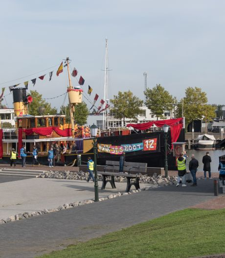 Pakjesboot 12 is voor opnames voor het Sinterklaasjournaal in de haven van Elburg
