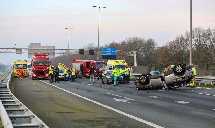 Bij een ongeval op de A1 kwam één auto op zijn dak terecht. De bestuurder maakt het naar omstandigheden goed.