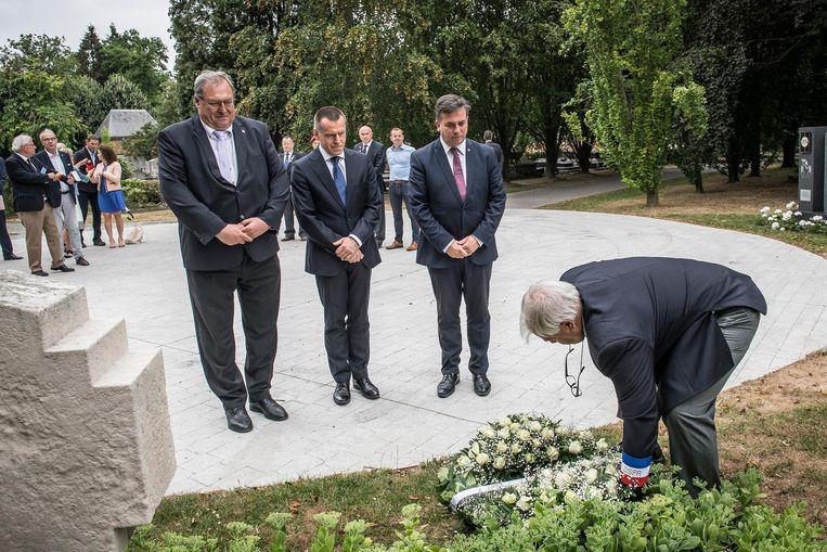 Schepen Dirk Lievens, de Poolse ambassadeur Artur Orzechowski en burgemeester Kris Declercq tijdens de kransneerlegging op het kerkhof.