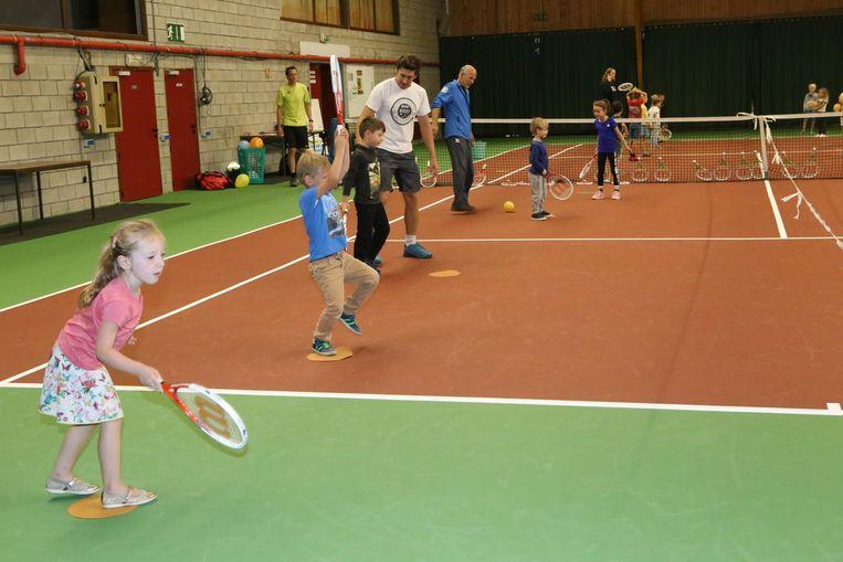 Eenmaal in de sporthal kunnen de kinderen zich uitleven met racket en bal.