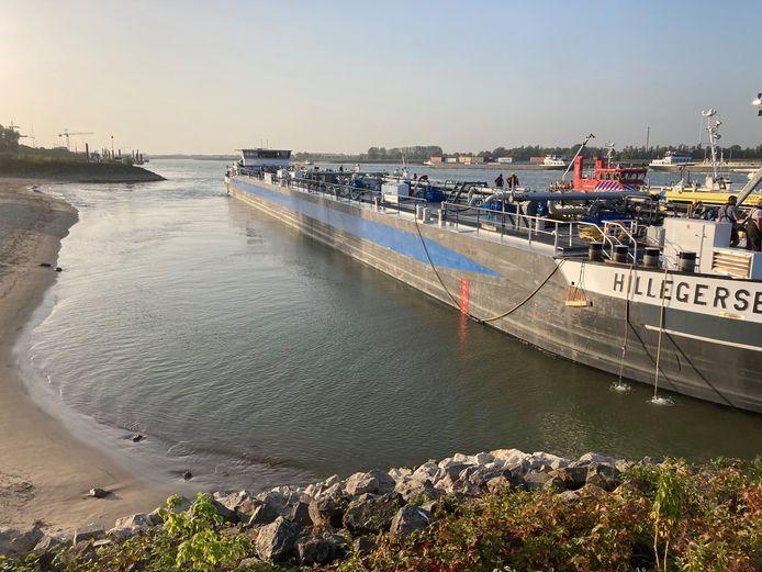 Tanker Hillegersberg is in problemen geraakt op de rivier bij Millingen aan de Rijn.
