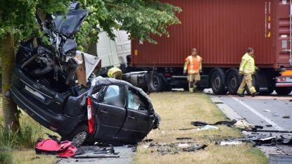 Gsm'ende twintiger sterft na frontale crash tegen vrachtwagen