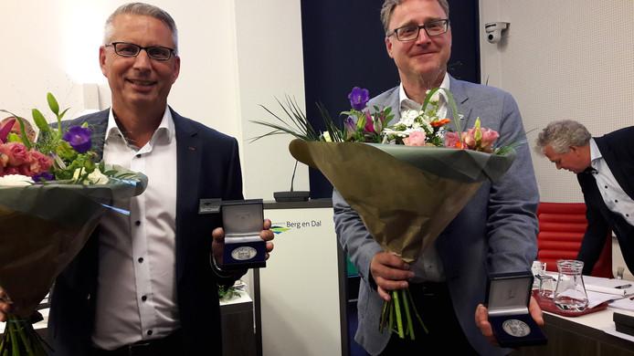 De scheidende wethouders Ten Westeneind (links) en Weijers kregen bij hun afscheid  - voor het eerst - de gemeentelijke erepenning voor gewezen wethouders.  Foto DG