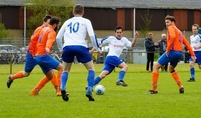 Thom van Delft op de rug gezien met nummer tien