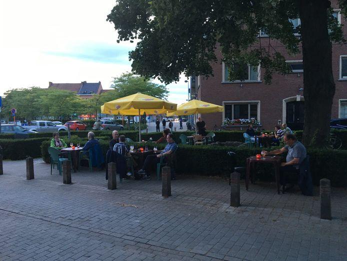 Marc Van Ranst bevestigde aan cafébaas Willy Heps dat het terras aan café Tempo 'coronaproof' is en dat deed veel deugd in deze moeilijke tijden voor de horeca.