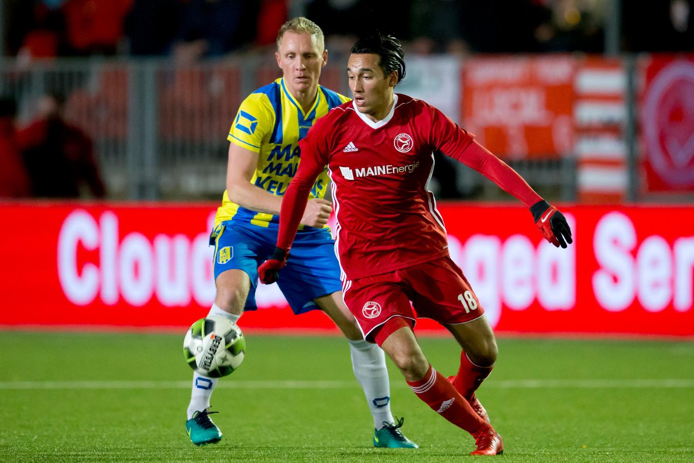 Ezra Walian (r) als speler van Almere City FC in duel met RKC'er Henrico Drost.