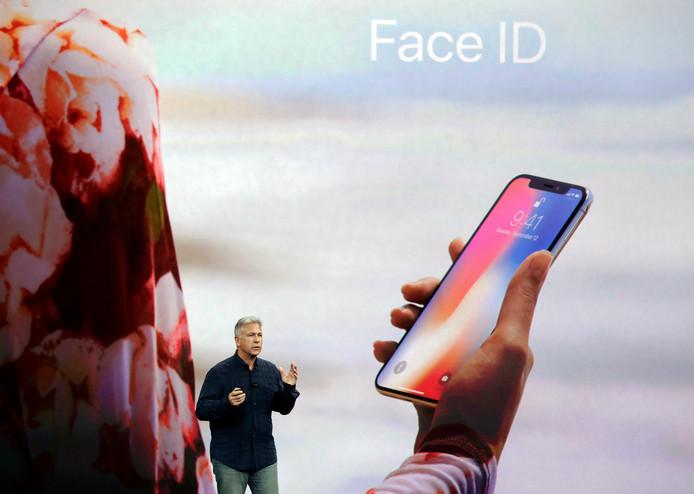 Apple's Phil Schiller toont de gezichtsherkenning van de nieuwe iPhoneX.