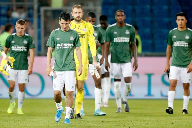 PSV-spelers druipen ontgoocheld af na de nederlaag in Basel. Beeld BSR Agency