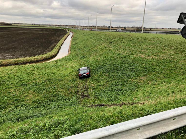 De auto kon op tijd remmen om niet in een beek te belanden.
