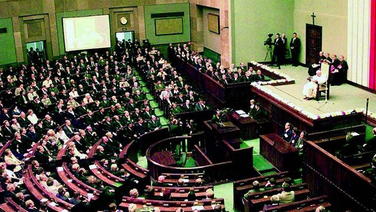 Paus Johannes Paulus II spreekt in 1999 het Poolse parlement toe. FOTO © EPA Beeld