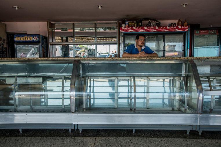 Lege schappen in een bakkerij in Boca de Uchire in het noorden van Venezuela. Beeld Meridith Kohut