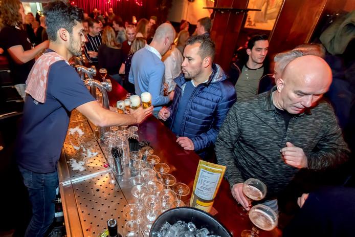 Drukte in de cafés in de Bredase binnenstad op de vrijdagavond, zoals hier bij De Bommel in de Halstraat.